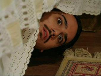 Celinha se deparar com Jonas debaixo da cama de Alice - Foto: Divulgação