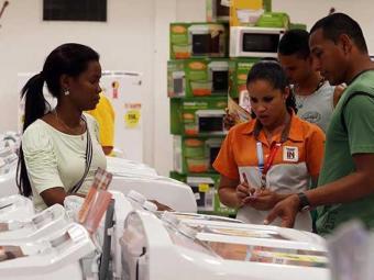 Consumidores vão às lojas aproveitar as ofertas - Foto: Lúcio Távora | Ag. A TARDE