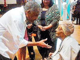 Em maio de 2012, Dona Coló prestigiou o filho em um show - Foto: Reprodução