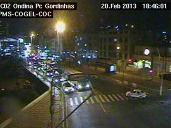 O trânsito em Ondina, sentido Rio Vermelho, começa a ficar intenso - Foto: Reprodução | Cogel/PMS