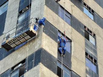 Após perder o equlíbrio, cinto de segurança salvou pintor - Foto: Figueiredo Júnior | Ag. A TARDE