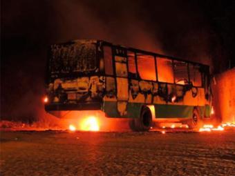 O coletivo foi totalmente destruído pelo incêndio - Foto: Lay Amorim | Brumado Notícias