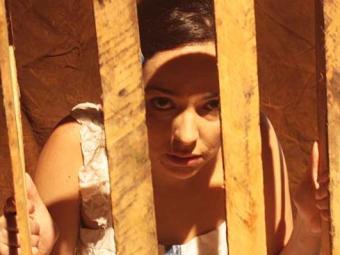 Sara Galvão no espetáculo, que ela dirige e fez a adaptação - Foto: Toni Caldas | Divulgação