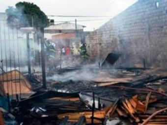 Incêndio destruiu material utilizado na construção de móveis - Foto: Ed Santos   Acorda Cidade