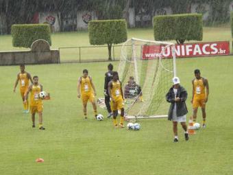 Desfalcado de cinco jogadores, elenco rubro-negro treina sob forte chuva na Toca do Leão - Foto: Esporte Clube Vitória   Divulgação