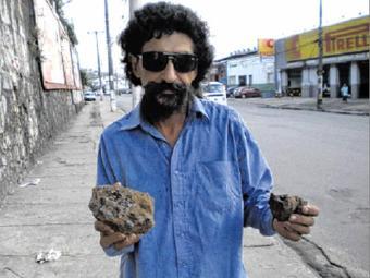 Paulo diz ter acordado com forte barulho, atribuído à queda de uma pedra estranha - Foto: Tânia Araújo   Ag. A TARDE