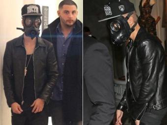 Cantor foi fotografado usando uma máscara de gás - Foto: Reprodução