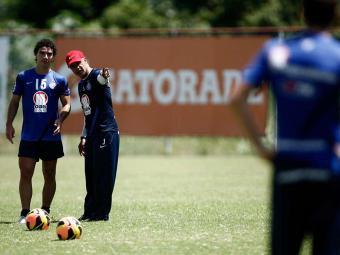 Treinador tricolor corrige posicionamento e chega a esboçar formação com três atacantes - Foto: Raul Spinassé | Agência A TARDE