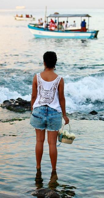Devota de Iemanjá leva oferenda para a rainha do mar - Foto: Fernando Vivas | Ag. A TARDE
