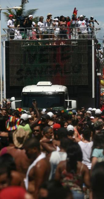 Médicos alertam que a principal preocupação do folião deve ser com a a hidratação - Foto: Raul Spinasse   Ag. A TARDE