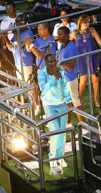 Tatau emociona o público durante retorno ao carnaval à frente da banda Araketu - Foto: Fernando Amorim | Ag. A TARDE