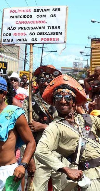 Faixas de protesto contra os políticos deram tônica do desfile da Mudança - Foto: Lúcio Távora | Agência A TARDE