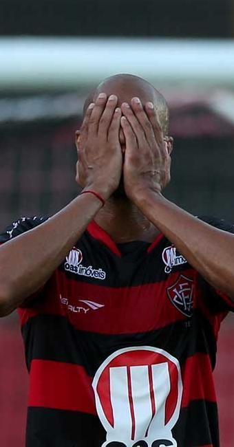 Dinei lamenta; Vitória era favorito mas deu brecha e decepcionou a torcida no Barradão - Foto: Eduardo Martins | Ag. A TARDE