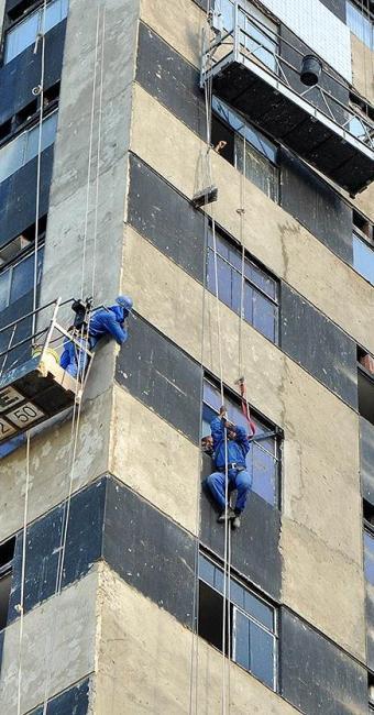 Após o susto, colegas resgataram pintor pela janela - Foto: Figueiredo Júnior | Ag. A TARDE