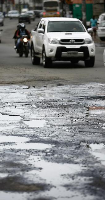 Buracos atrapalham o trânsito na Av. San Martin - Foto: Raul Spinassé | Ag. A TARDE