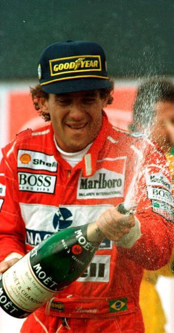 Par de luvas foi usado por Senna na temporada de 1991 - Foto: Edu Garcia   Agência Estado