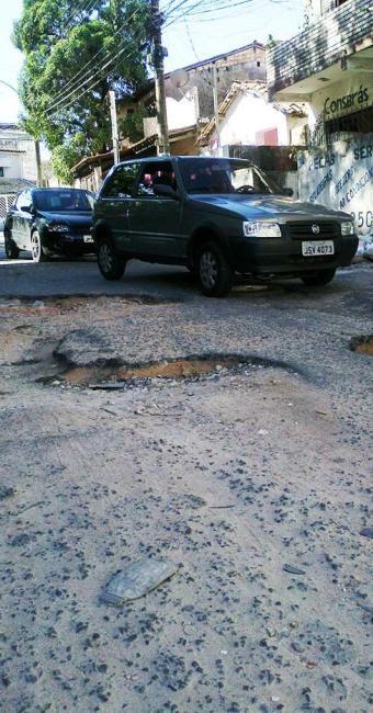Moradores e motoristas sofrem com buraqueira na pista - Foto: Alan Tiago | Agência A TARDE