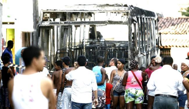 Curiosos observam coletivo, que ficou completamente destruído - Foto: Luiz Tito | Agência A TARDE