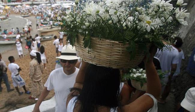 Flores e Alfazemas estão entre os presentes mais deixados no local - Foto: Raul Spinassé | Ag. A TARDE
