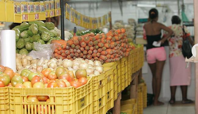 A farinha de mandioca e o tomate foram os produtos que registraram as altas mais expressivas - Foto: Mila Cordeiro   Ag. A TARDE