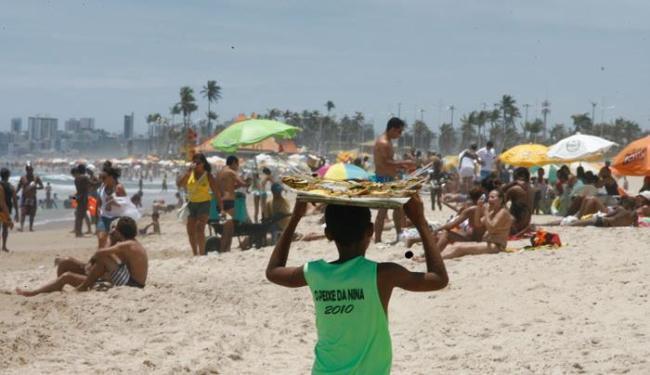 Sem barracas e quiosques nas praias de Salvador, banhistas ficam à mercê dos preços dos ambulantes - Foto: Luciano da Matta | Ag. A TARDE