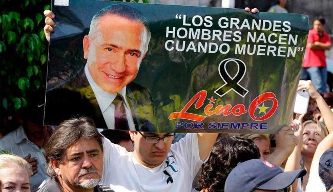 Populares estampam cartazes de luto pela morte do candidato, morto em um acidente no sábado - Foto: Jorge Adorno | Agência Reuters