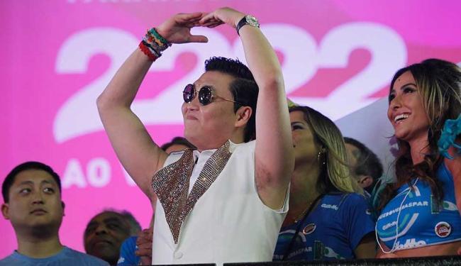 Psy cumprimenta o púlbico da varanda elétrica do Expresso 2222 - Foto: Lúcio Távora | Ag. A TARDE