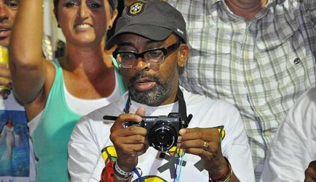 O cineasta Spike Lee assistiu a saída do Olodum, na sexta à noite - Foto: Lucia Correia Lima I Agecom I Divulgação
