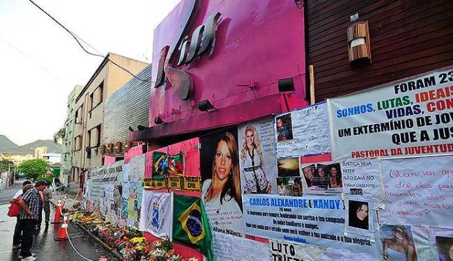 Fachada da boate Kiss continua recebendo cartazes e flores em homenagem aos mortos em incêndio - Foto: Ronald Mendes | Agência RBS I AE