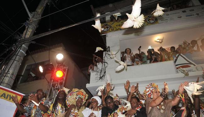 Como já é tradição, os integrantes do bloco afro soltaram pombas antes do início do desfile - Foto: Divulgação   Agecom