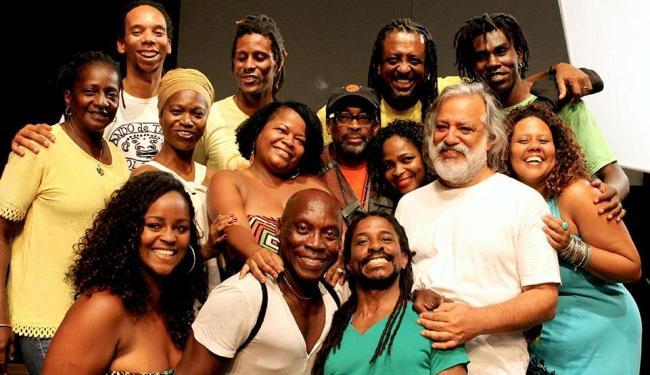 O diretor Spike Lee (de boné) se interessou pela trajetória e luta do Bando de Teatro Olodum - Foto: Divulgação