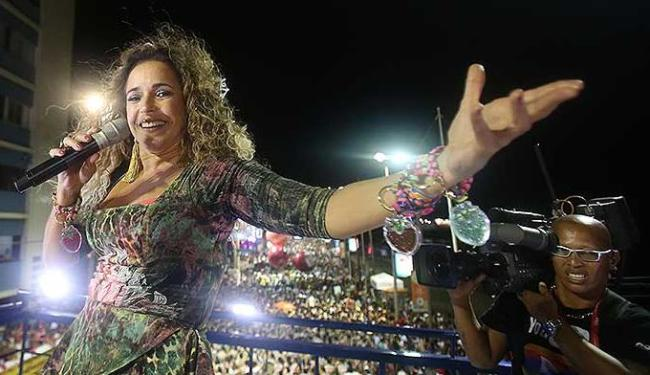 Daniela Mercury durante apresentação na Barra, neste domingo, antes de ser atingida por um bailarino - Foto: Lúcio Távora   Agência A TARDE