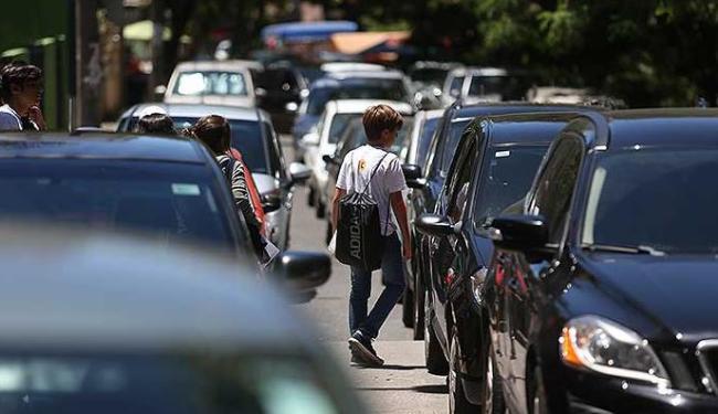Pais que param em fila dupla acabam por atravancar o trânsito na área das escolas - Foto: Raul Spinassé   Agência A TARDE