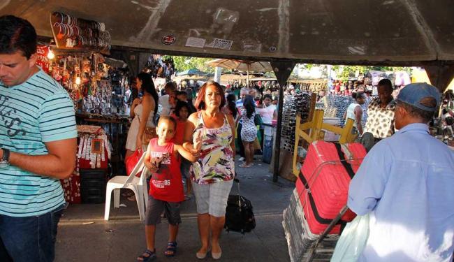 Passarela que liga o Iguatemi à Rodoviária é uma das que têm o metro quadrado mais disputado - Foto: Joá Souza | Ag. A TARDE