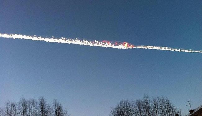 Meteorito que atingiu os Montes Urais na sexta, deixando mais de mil feridos - Foto: Reuters