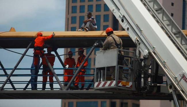 Bombeiros negociaram com o homem e evitaram que ele pulasse da passarela - Foto: Fernando Vivas | Ag. A TARDE