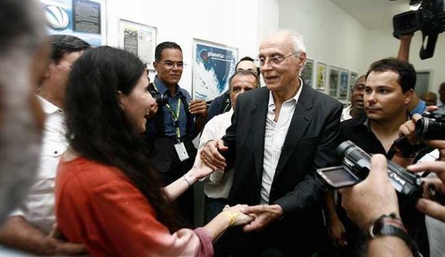 Blogueira Yoani Sánchez cumprimenta senador Eduardo Suplicy - Foto: Luiz Tito | Ag. A TARDE