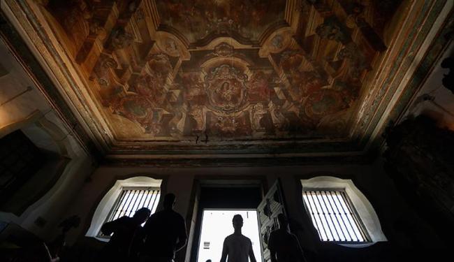 Igreja de São Francisco guarda tesouros no altar e tem no teto pinturas que parecem em movimento - Foto: Raul Spinassé | Ag. A TARDE