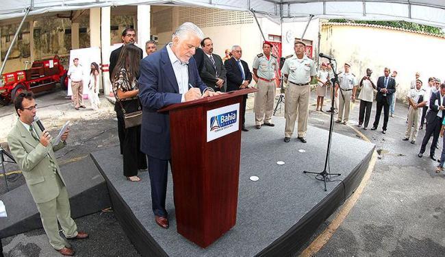 Governador Jaques Wagner assina ordem de serviço para início imediato das obras no Corpo de Bombeiro - Foto: Manu Dias | Divulgação