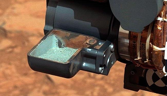 Robô revela primeira amostra de rocha em pó extraída na perfuração do solo de Marte - Foto: Reuters