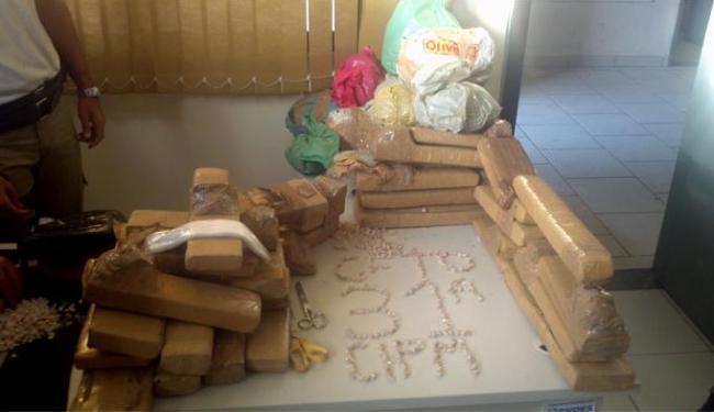 Cerca de 60 kg de maconha, um quilo de cocaína e um de crack foram apreendidos em Valéria - Foto: PM-BA | Divulgação