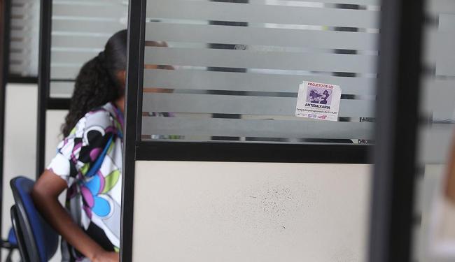 Mulher vítima de violência sendo atendida em sala da Deam de Brotas; número de denúncias cresce - Foto: Raul Spinassé | Ag. A TARDE