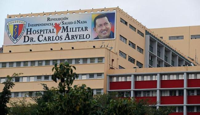 Desde que voltou de Cuba, Hugo Chávez está internado no hospital militar respirando por um tubo - Foto: Jorge Silva   Agência Reuters