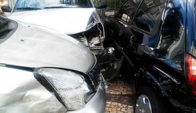 Carros que estavam estacionados em uma garagem ficaram danificados - Foto: Foto do Leitor
