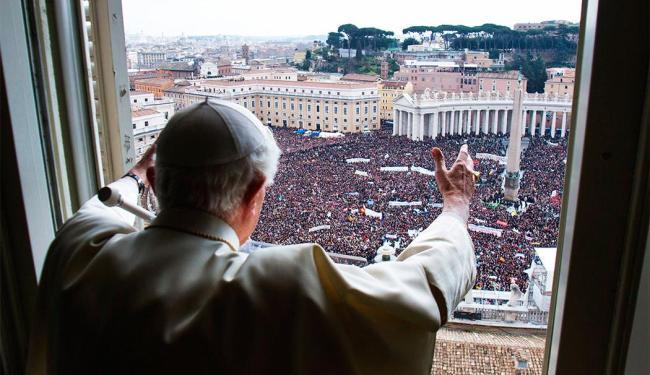 Bento XVI falou para milhares de pessoas presentes na Praça de São Pedro - Foto: Osservatore Romano | Agência Reuters
