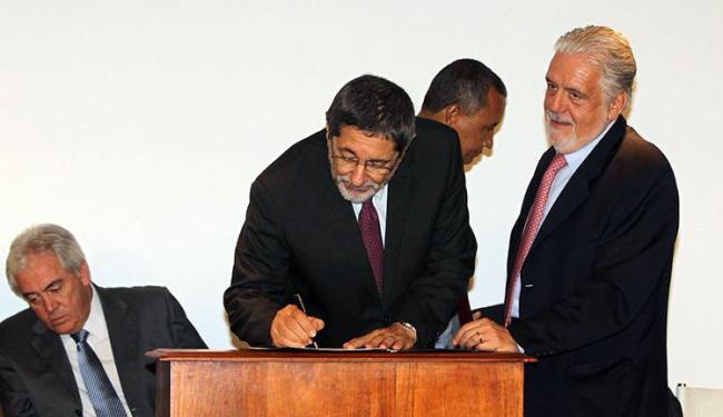 O secretário estadual do Planejamento, José Sergio Gabrielli, assina o acordo com Jaques Wagner - Foto: Manu Dias   Divulgação