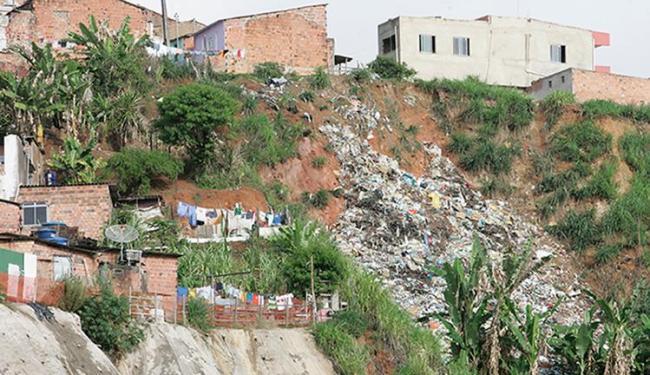 Acúmulo de lixo em encosta no Lobato traz risco de desabamento para moradores do entorno - Foto: Joá Souza   Ag. A TARDE