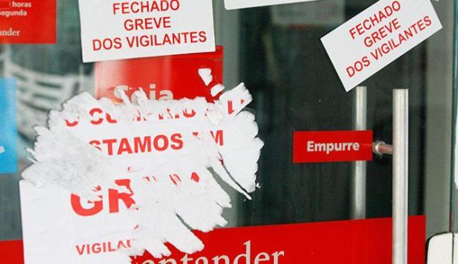 Greve dos vigilantes fecha agências na capital baiana nesta quarta-feira - Foto: Marco Aurélio Martins | Ag. A TARDE