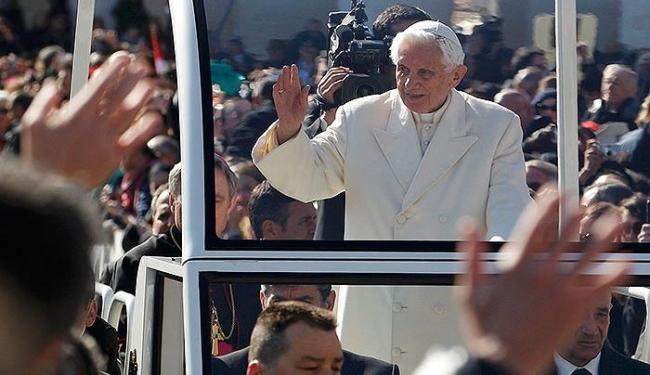 Papa acena para os fiéis que o aguardavam na Praça de São Pedro - Foto: Reuters