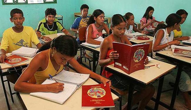 Cerca de 98% dos professores brasileiros trabalham com livros didáticos em sala de aula - Foto: Renata Carvalho | Ag. A TARDE